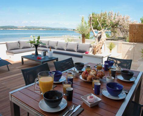 Petit déjeuné sur la terrasse de la villa